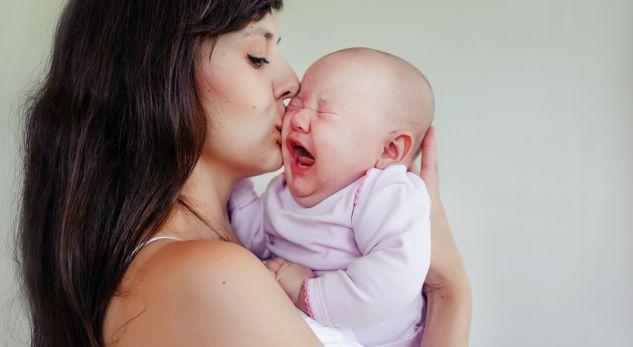 Ja pse bebet pushojnë së qari sapo ngriheni në këmbë me ta, por qajnë kur uleni