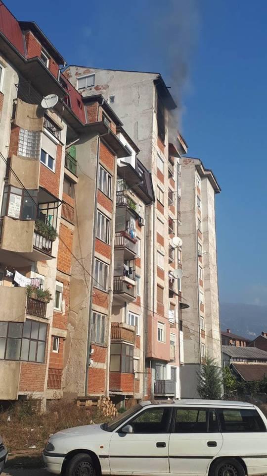Zjarr i madh në një ndërtesë në Bllok 82 në Tetovë, zjarrfikësit në luftë me zjarrin (FOTO)