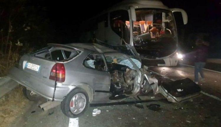 Tragjedi në rrugën Librazhd-Elbasan: Makina përplaset me autobusin, një i vdekur (FOTO)