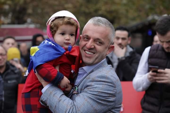 A ka patriot më të madh se Halil Kastrati Sot dhuroi 28 shtëpi për 28 nëntor (FOTO)