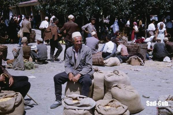 Një shqiptar i Strugës në tregun e gjelbërt në Strugë në vitin 1962 (FOTO)