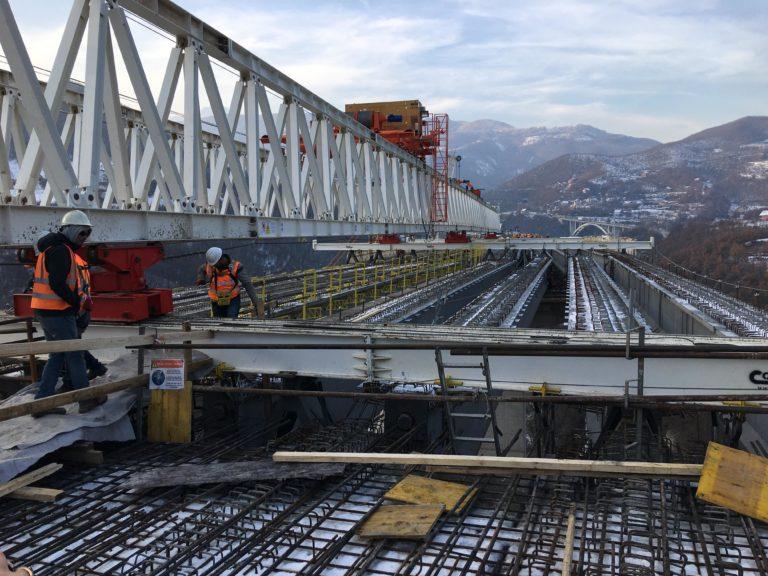 """Gati rruga Shkup – Prishtinë, vendoset trari i fundit në urën e autostradës """"Arbën Xhaferi"""" (FOTO)"""