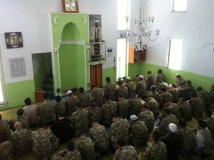 Xhemati i Mitrovicës në namazin e xhumas vishet me uniformë ushtarake për nder të ditës së formimit të Ushtrisë së Kosovës! (FOTO)
