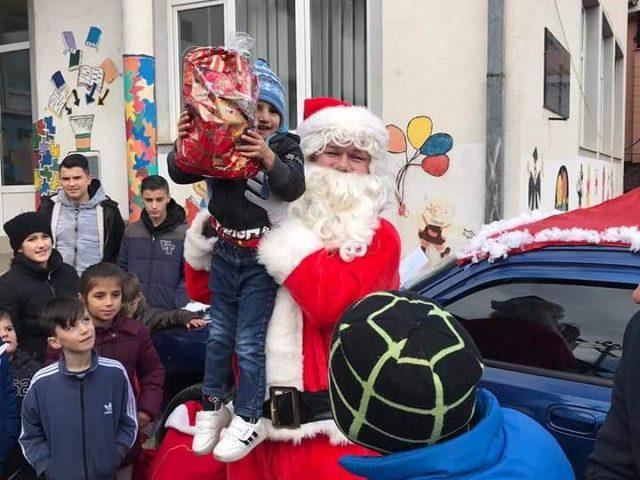 Sot në Ladorisht babagjyshi i Vitit të ri shpërndau dhurata për fëmijët (FOTO)