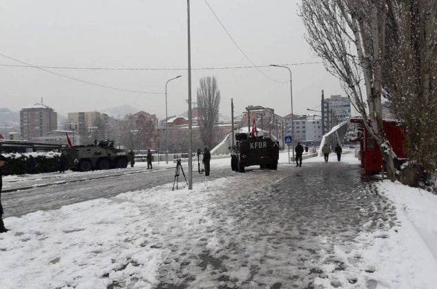 Autoblindat e KFOR-it vendosen në Urën e Ibrit në Mitrovicë