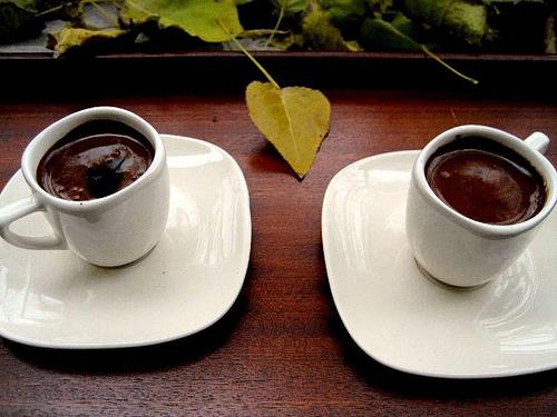 Nëse pini shumë kafe rrezikoheni nga kjo sëmundje