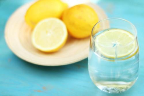 Uji me limon, mjekimi natyral kundër këtyre sëmundjeve