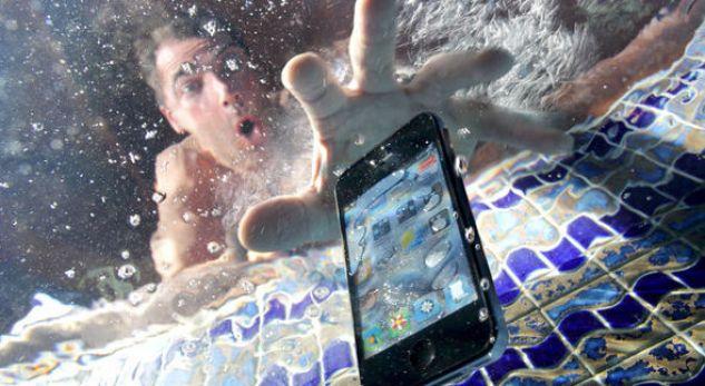 Ju ka rënë celulari në ujë? Bëjeni këtë menjëherë që ta shpëtoni