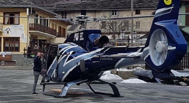 Ul helikopterin mes shtëpive për të pirë një kafe