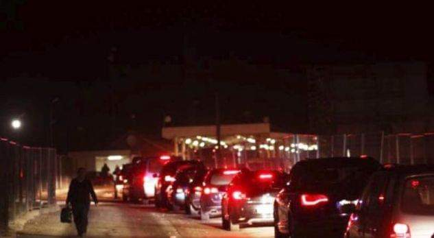 Mërgimtarët shqiptar po vazhdojnë pritjet e gjata në kufi