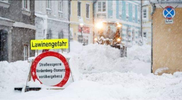 Austri, kaos në rrugët e bllokuara nga bora, mungon kripa