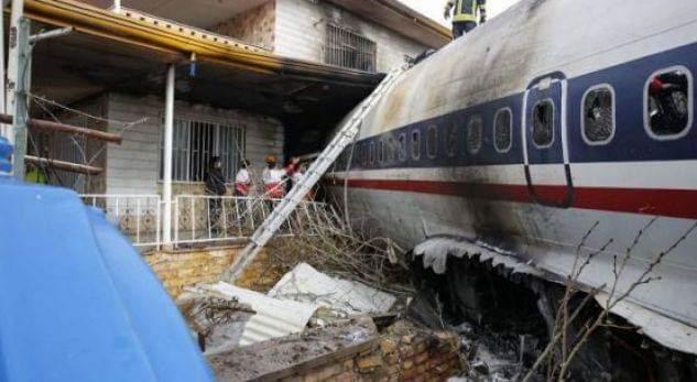 Avioni ngatërron pistën dhe përplaset me një mur (VIDEO)