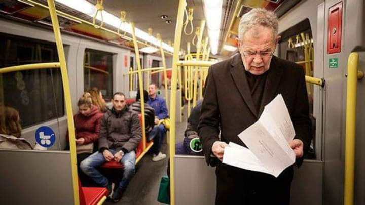 Personi që po qëndron në këmbë në autobus është President i Austrisë (FOTO)