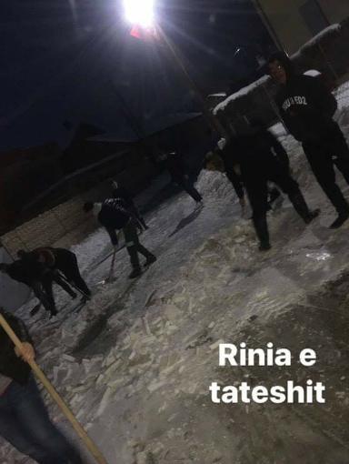 """Të rinjtë e Tateshit në aksion për pastrimin e borës: """"Atë që nuk e bën komuna e bën rinia"""" (FOTO)"""