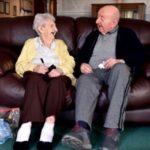 Nëna 98 vjeçare kujdeset për të birin e sëmurë 80 vjeçar