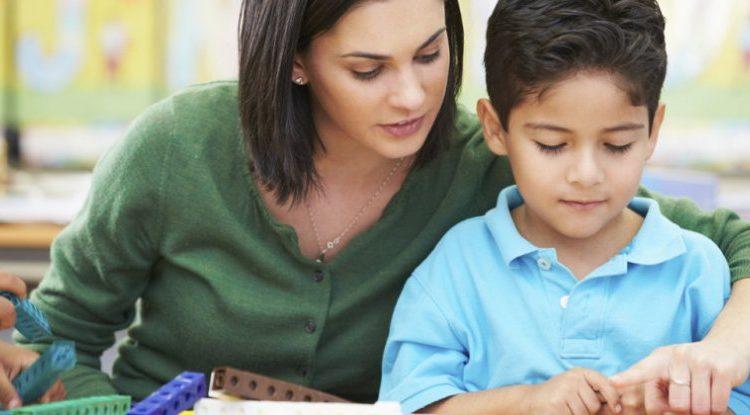 Nxitini fëmijët të mësojnë, jo të rrinë gjithë ditën me celular në duar