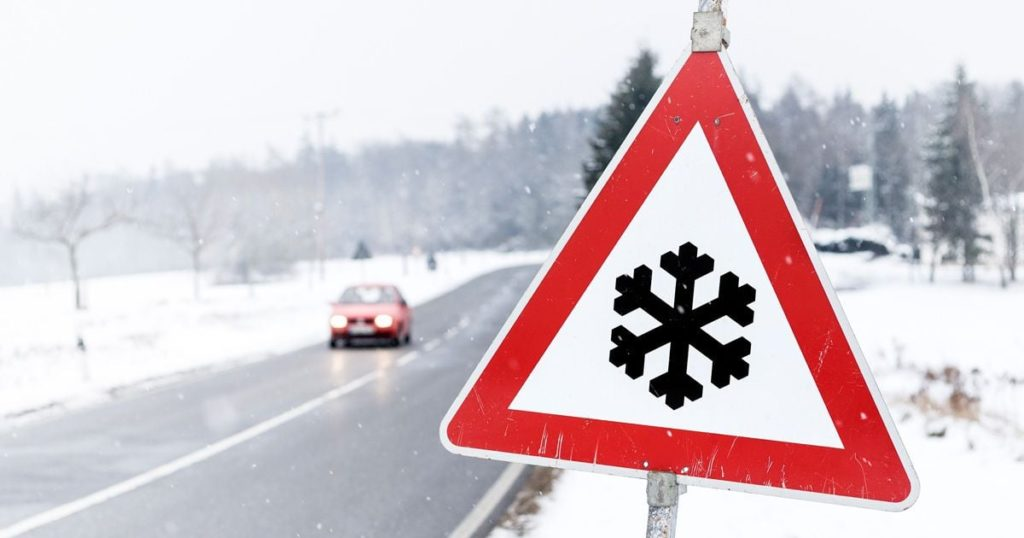 Ndalesë për qarkullimin e automjeteve të rënda në rrugën Dibër-Strugë