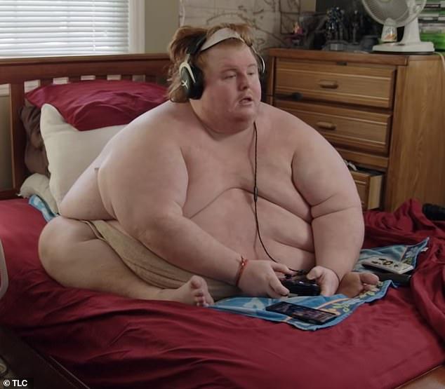 Ky burrë peshon 317 kg, asnjë rrobë nuk i bën (FOTO)