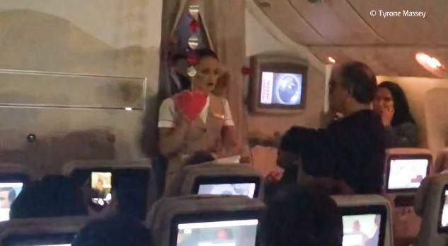 I propozon martesë stjuardesës në aeroplan, por shikoni çfarë bëjnë pasagjerët (VIDEO)