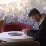 Në këtë qytet shqiptar ke ëmbëlsirë falas nëse s'e përdorë telefonin (VIDEO)