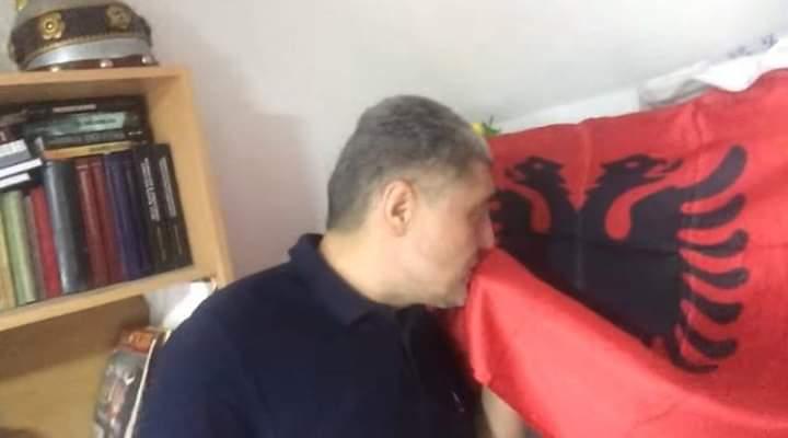 Serbi puth flamurin shqiptar. Petroviç: Shqiptarët janë njerëz të perëndisë, nga sot jam shqiptar dhe krenar! (VIDEO)