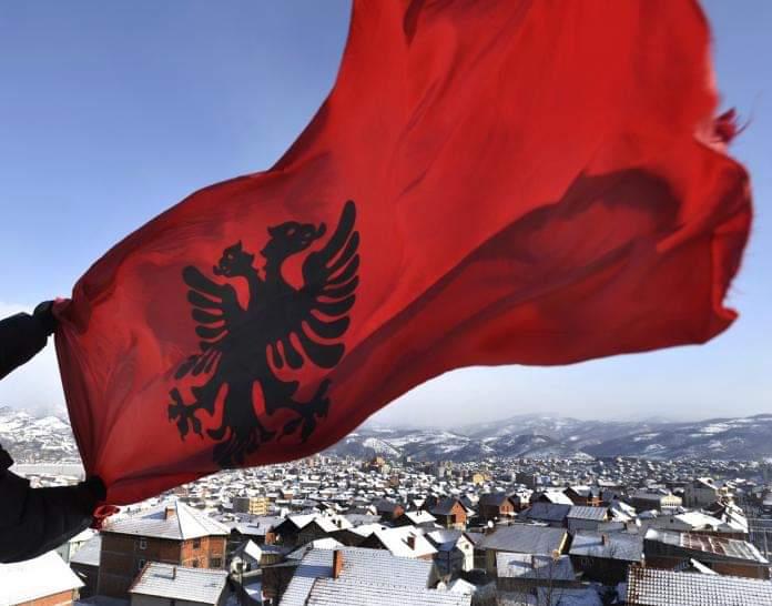 230 euro gjobë për shqiptarin në Mal të Zi, sepse vendosi flamurin kombëtar mbi çatinë e shtëpisë