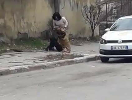 """Gruaja e """"masakron"""" burrin në Pogradec në mes të rrugës (VIDEO)"""