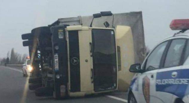 Policia i vë gjobë shqiptarit… sepse iu përmbys kamioni nga era e fortë! (FOTO)