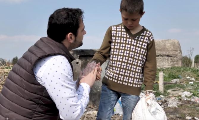 Me zemër të madhe/ E gjeti duke mbledhur kanoçe, Elvis Naçi i merr Luisit thesin nga dora: Nuk do ta bësh më (VIDEO)