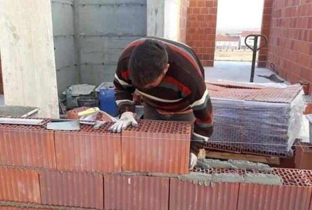"""Shqiptarin me diplomë MASTER, """"7 Marsi"""" e gjen si muratorë (FOTO)"""