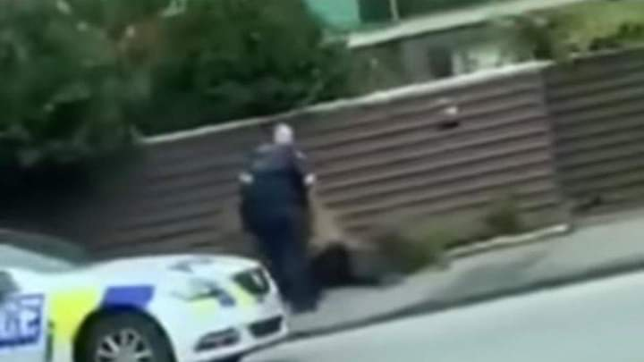 Momenti kur terroristi kapet nga policia, që vrau 49 persona në dy xhamitë në Zelandën e Re (VIDEO)
