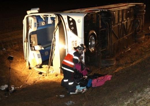 Autobusi me 57 turistë shqiptarë përfundon në kanal