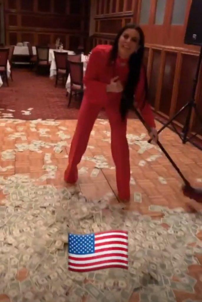 Big Mama i mbledh me fshesë dollarët në Amerikë (FOTO)