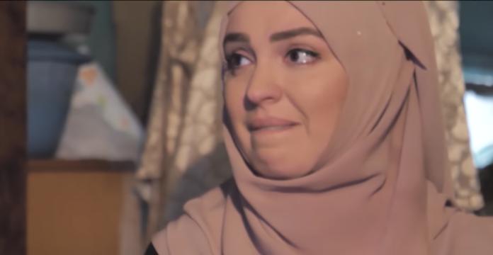 Gruaja e Elvis Naçit shpërthen në lot në barakën e familjes (VIDEO)