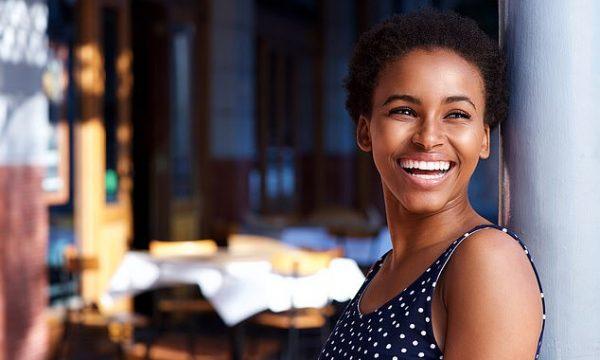 Është vërtetuar se e qeshura vërtet i bën njerëzit më të lumtur