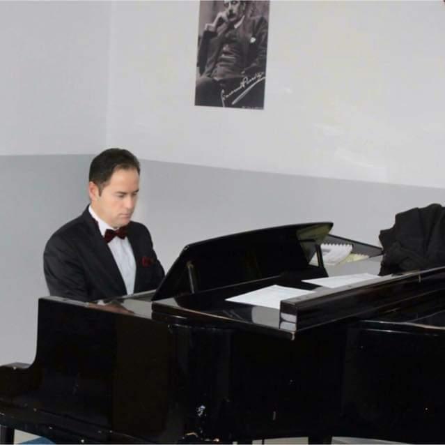 Arben Ajdini është këngëtari i njohur nga Ladorishti i Strugës i cili që nga fëmijëria spikaste talentin e tij për këngën dhe muzikën (VIDEO)