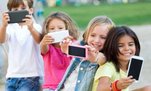 Janë shumë arsye pse nuk duhet të mbajnë telefon fëmijët