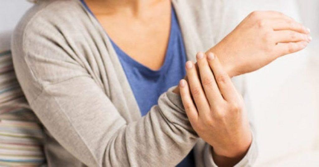 Nëse ju mpihen duart, urgjentisht shkoni te mjeku