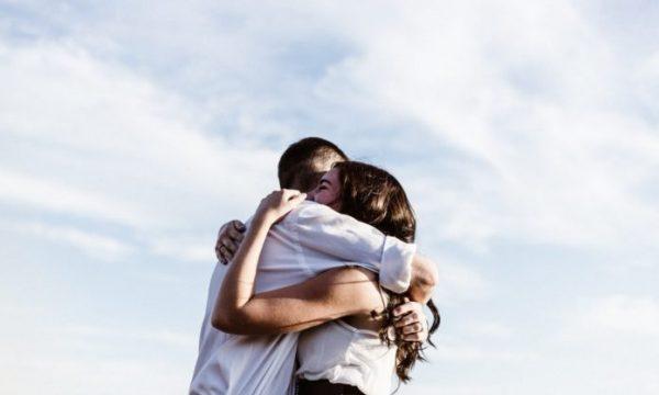 Përqafimi, ilaç perfekt për njeriun