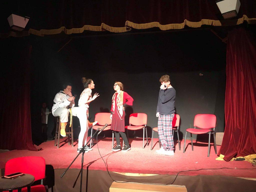 """Sonte në ora 19.00 në Strugë, teatri Poshka paraqet premierën e shfaqes """"FamiljaÇill.com"""" (FOTO)"""