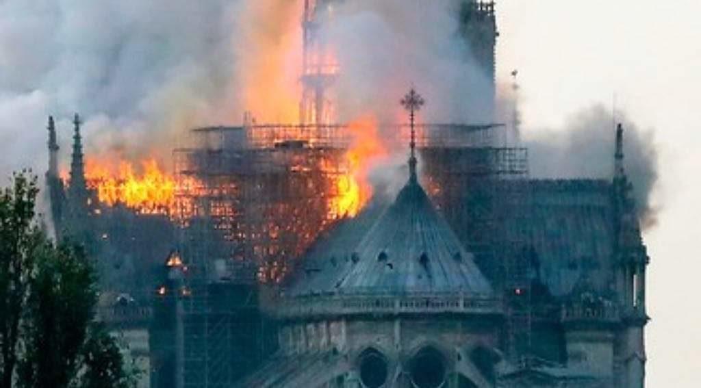 Zjarri i madh shkatërron katedralen Notre Dame në Paris (FOTO)