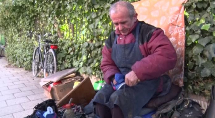 """Të sigurosh """"bukën e gojës"""" duke rregulluar këpucët (VIDEO)"""
