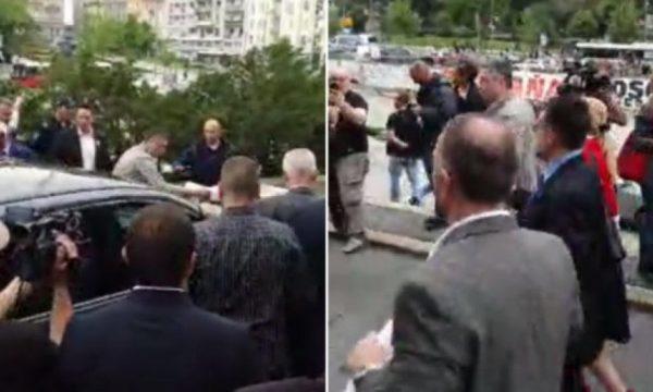 Deputetët radikal të Sheshelit përleshen fizikisht para seancës për Kosovën (VIDEO)