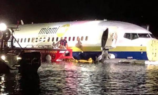 Rrëzohet aeroplani me 136 pasagjerë në SHBA, shpëtojnë të gjithë (VIDEO)