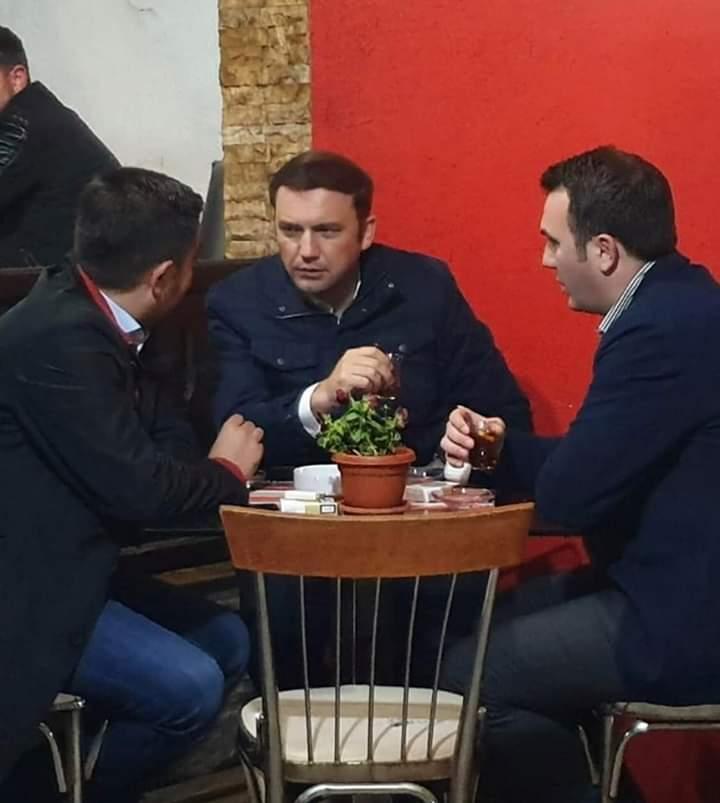 Fshesa e Zaevit s'mund t'i fshi ministrat e Alisë, ata pijnë çaj në qendër të Çarshisë