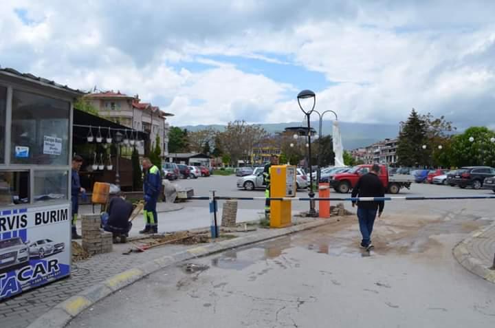 Vendosen pikëndalesa (rampe) të reja elektronike tek Parkingu në qendër të Strugës (FOTO)