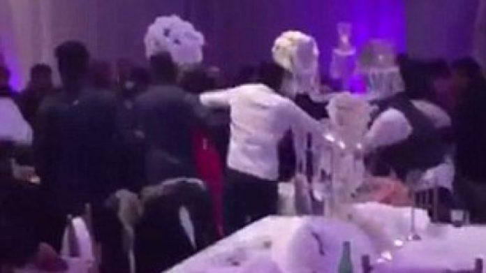 Dasma kthehet në arenë boksi, plas grushti e përplasen karriget (VIDEO)