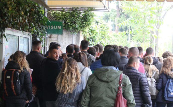 Mjerim: Radhë të gjata para ambasadës gjermane, shqiptarët ska kush i ndalë