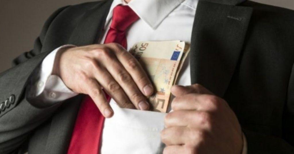 I jep para me kamatë 4 mijë e 500 euro, ia merr mbi 15 mijë euro, arrestohet