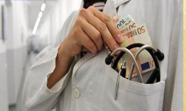 E rrallë: Serbia ua lejon me ligj mjekëve të marrin ryshfet